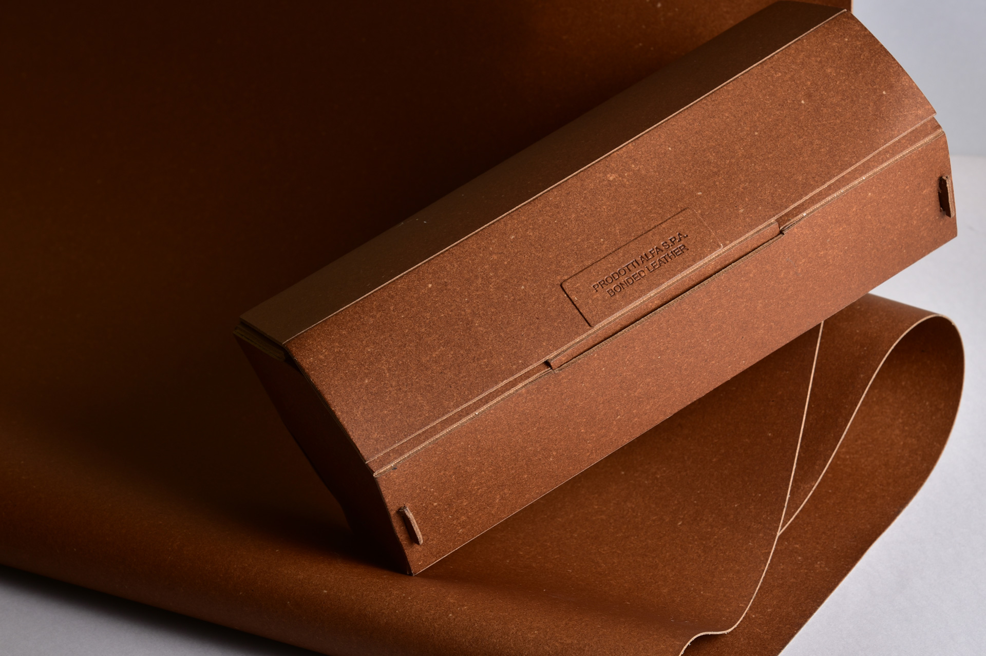 Packaging in cuoio rigenerato